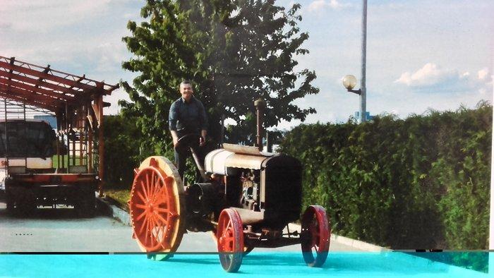 una persona con trattore d'epoca