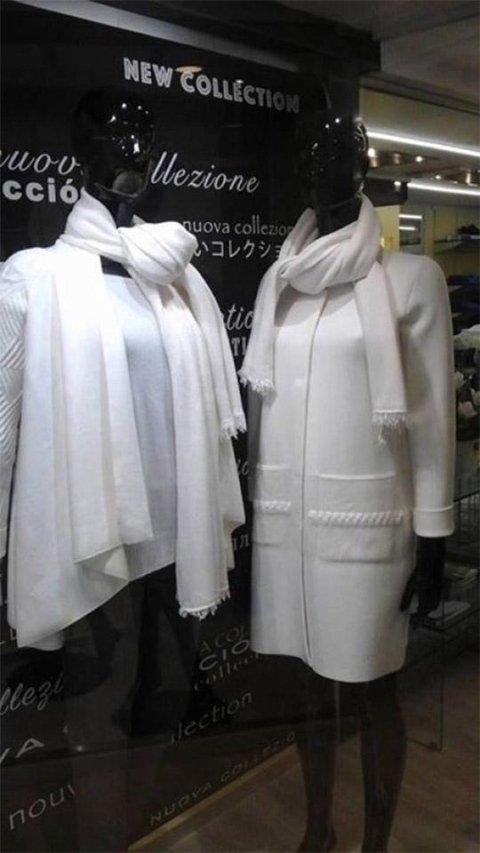 Cappotto e maglia con abbinamento sciarpa