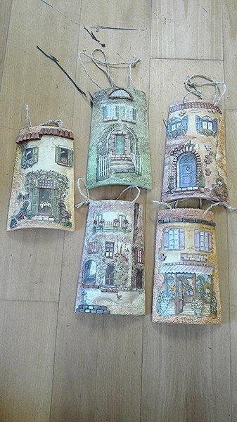 Dei rilievi di legno con un cordino raffiguranti delle facciate di alcune case antiche