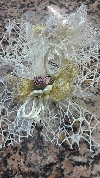 Fiocchi dorati con roselline, rete di color bianco e delle etichette con scritto gardenia Tel 348.1021594