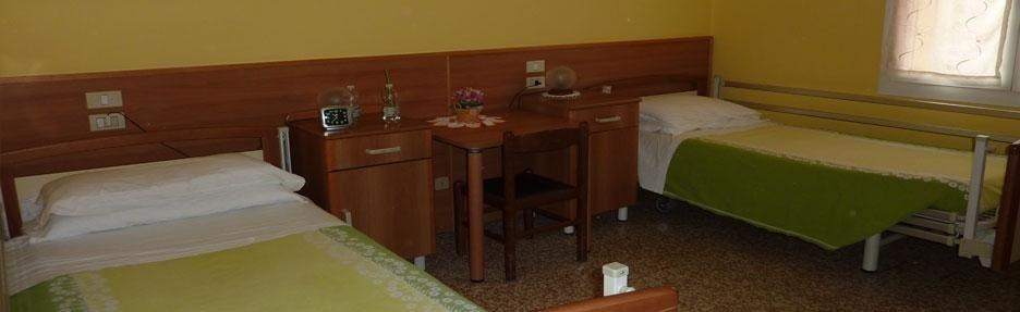 camera con due letti in casa di riposo