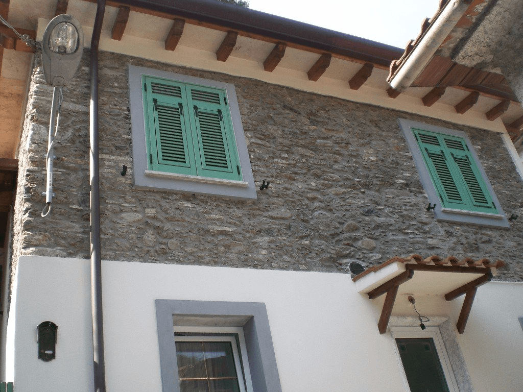 facciata di una casa a due piani