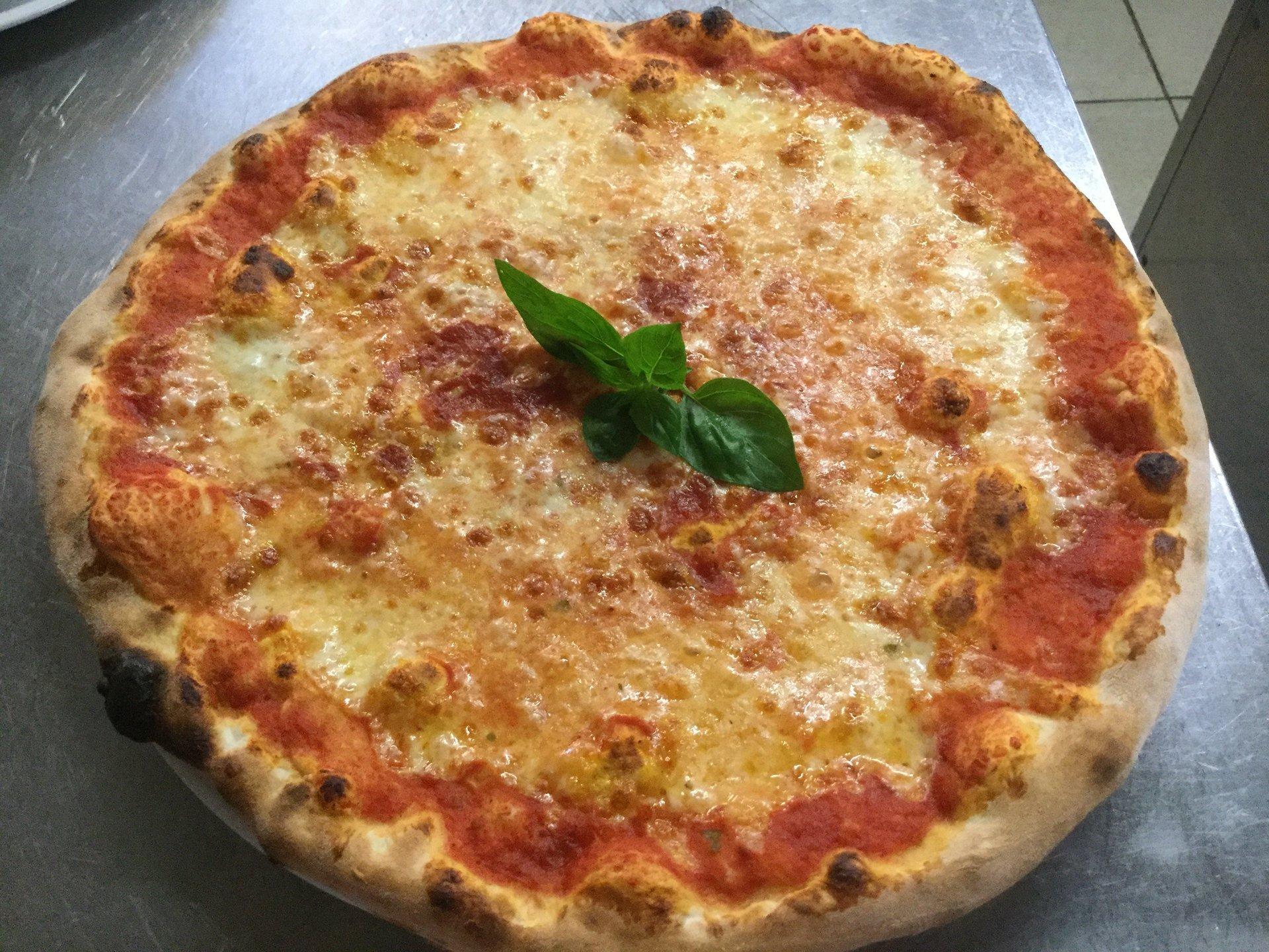 pizza margerita con basilico al centro