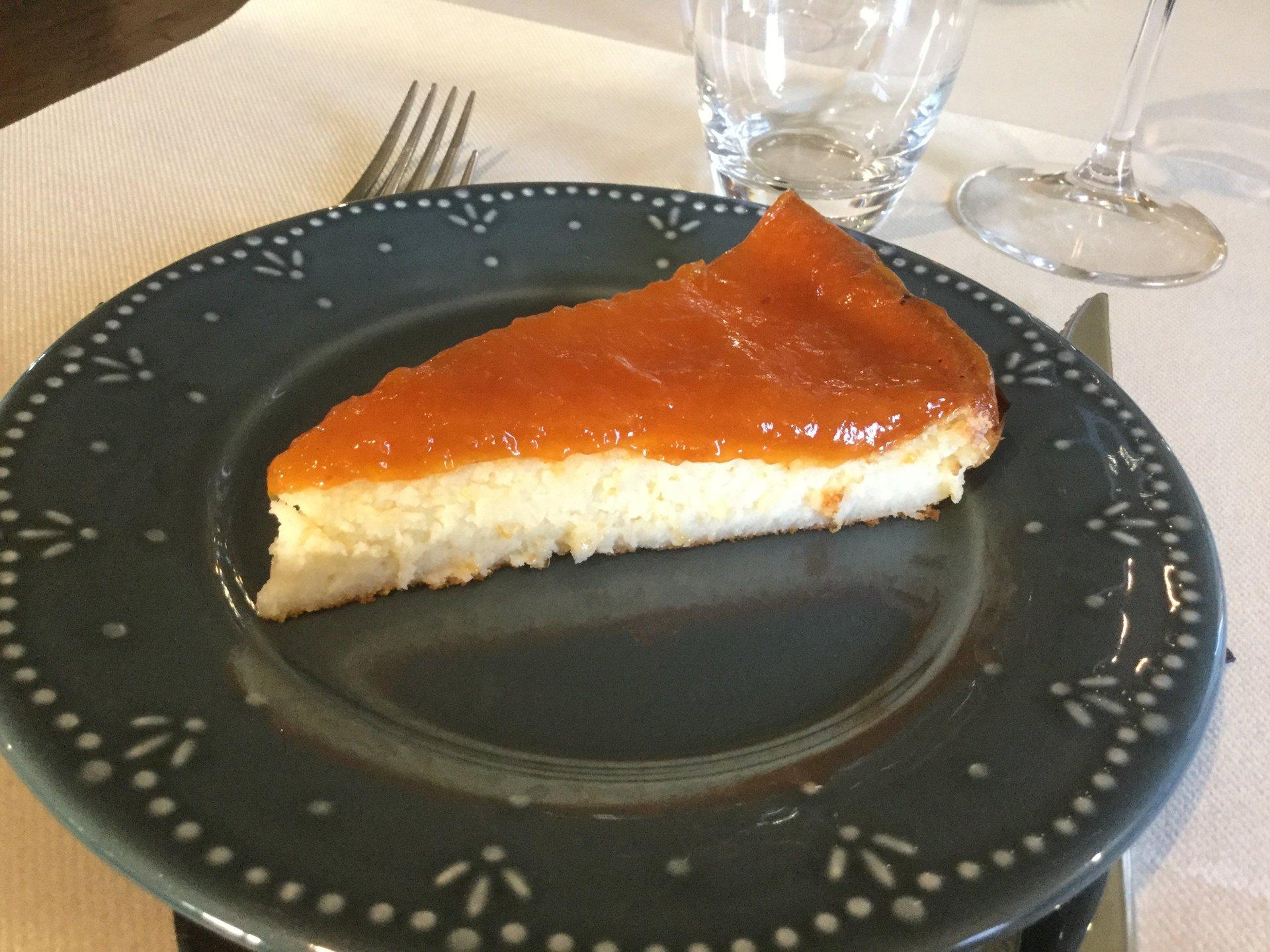 fetta di torta su piatto nero