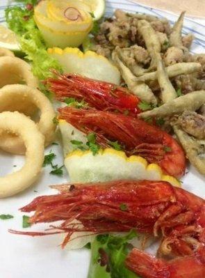 Piatto di gamberi e pesce fritto a Castellammare del Golfo
