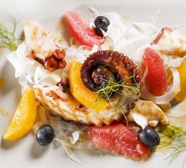 piatto di polpo con frutta