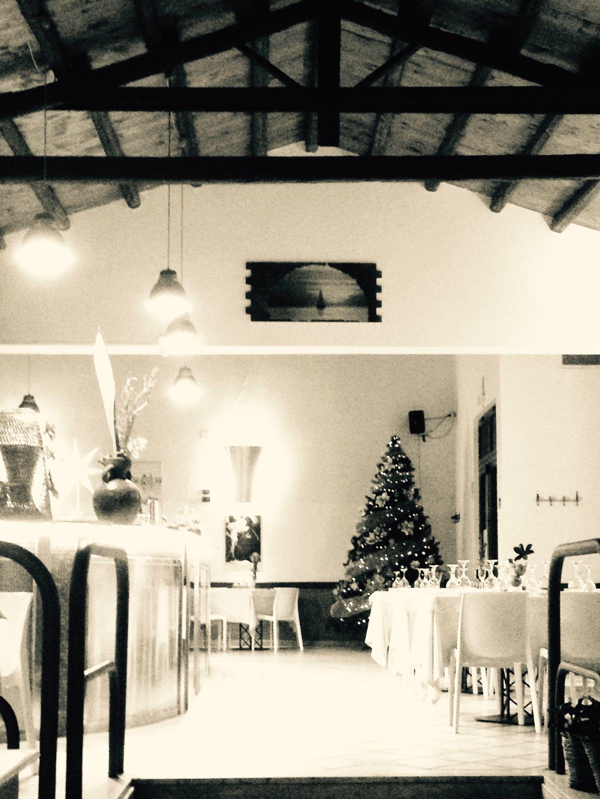 sala di un ristorante con tavoli e albero di natale