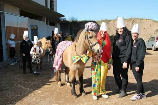 cavallo e persone con parrucche durante un evento