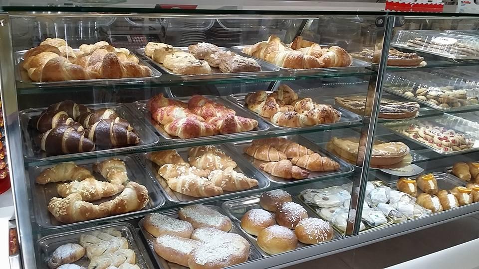 bancone con croissant e dolci per la colazione