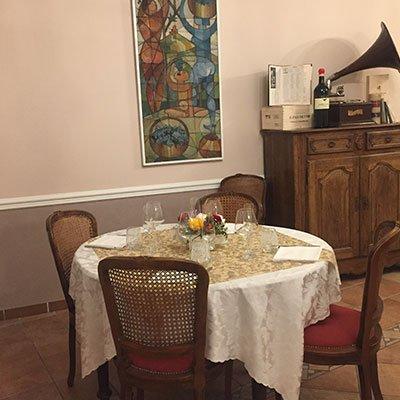 un tavolo apparecchiato nel ristorante