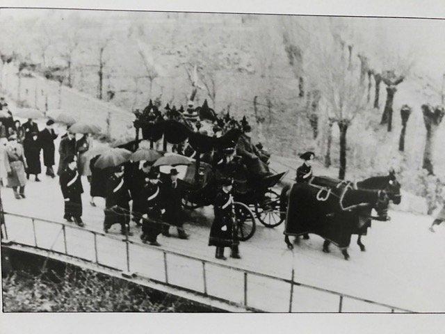 foto storica di un corteo funebre con cavalli e carrozza