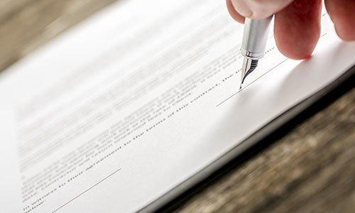 Una penna firma un documento