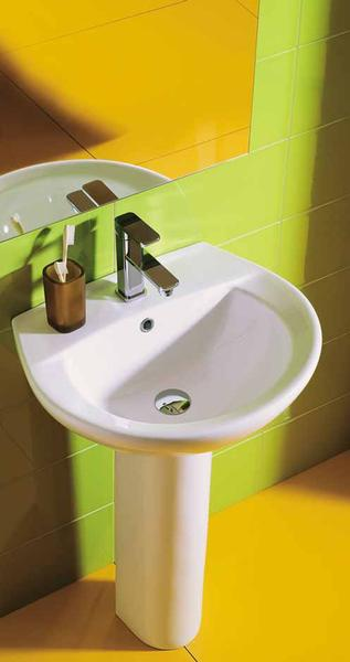 lavabo attaccato a un muro giallo