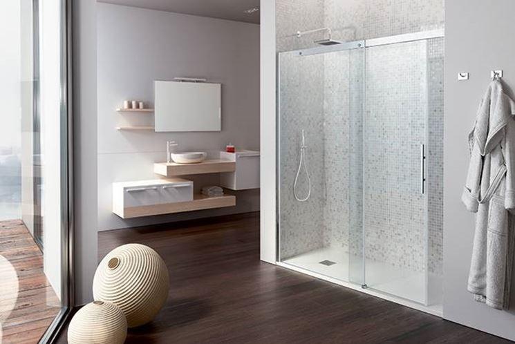 box doccia in vetro con asciugamano e pavimento in legno
