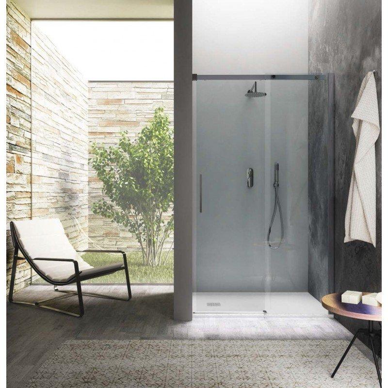 cabina doccia in vetro con poltrona, asciugamano e arredo bagno