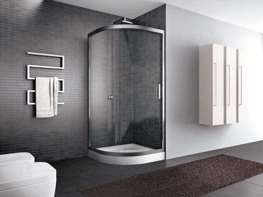 vista angolare di una cabina doccia in vetro con arredo bagno