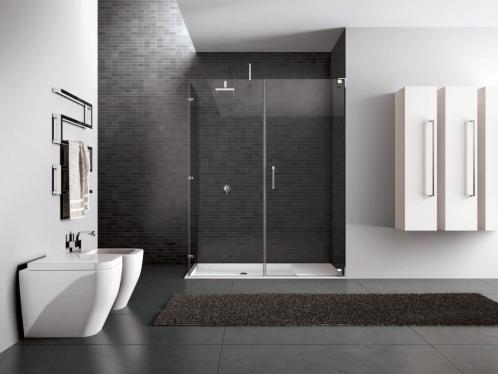 cabina doccia in vetro con sanitari appoggiati a un muro