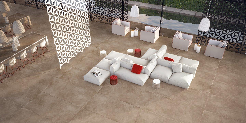 soggiorno moderno con divani e cuscini bianche, pavimento in piastrelle e arredamenti