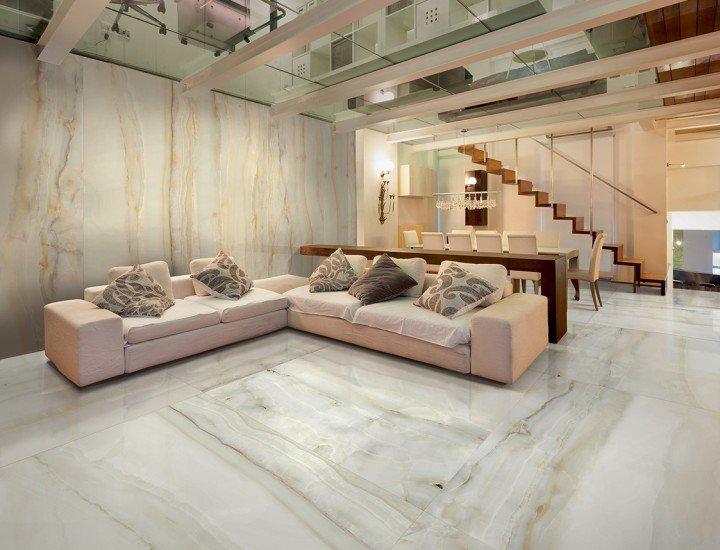 pavimento e parete in piastrelle bianco con divani , cuscini, e scala interna di un soggiorno moderno