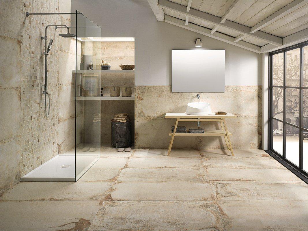 pavimento e parete in piastrelle