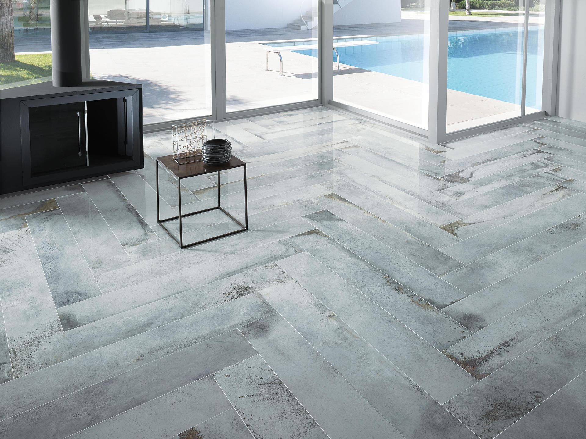 vista interna di un soggiorno con pavimento in piastrelle e infissi esterni