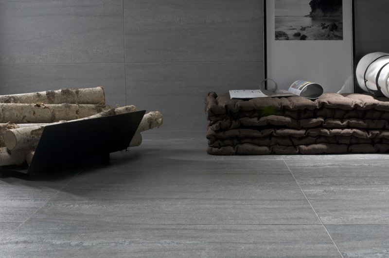 pila di legno con materasso e pavimento in piastrelle in una stanza