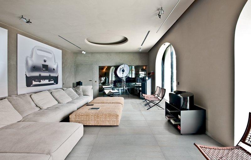 Piastrelle per pavimenti in gres porcellanato con divani e cuscini