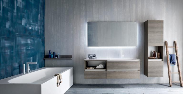 piastrelle parete in bagno con lavabo a muro e arredamento
