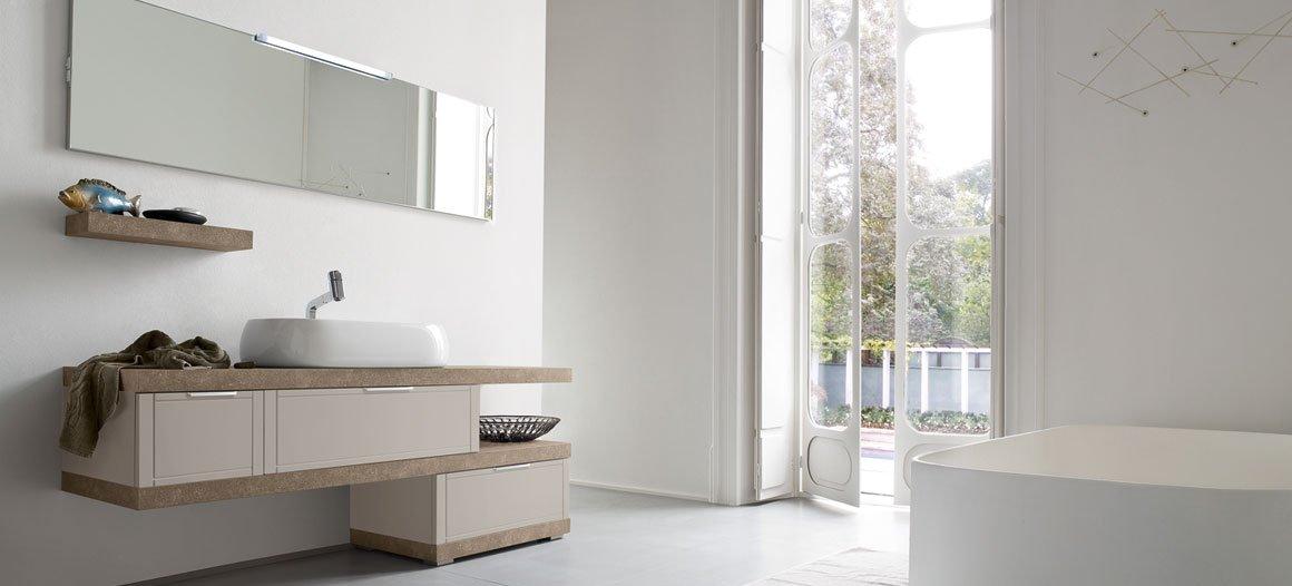 lavabo bagno in legno mobile con e specchio e vasca da bgano con parete bianca
