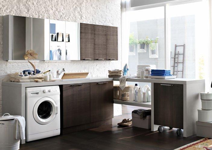 bagno piccolo con lavatrice e mobili lavanderia moderni