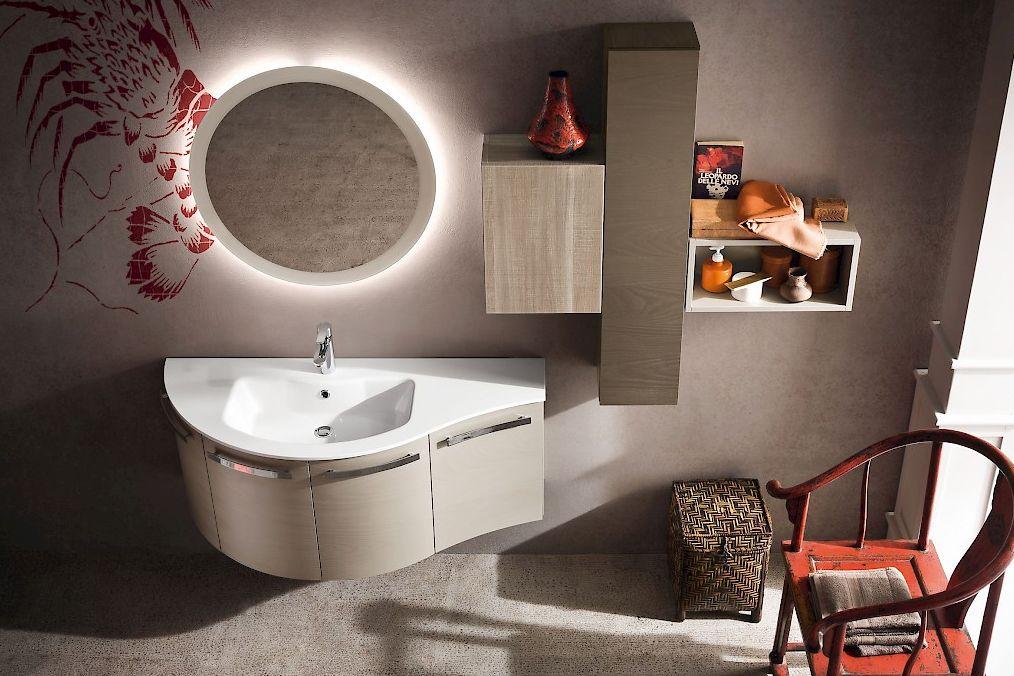 bagno moderno con parete decorata, lavabo, specchio, sedia  e mobile da bagno