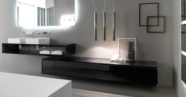 bagno moderno con lavabi, specchio e mobile da bagno