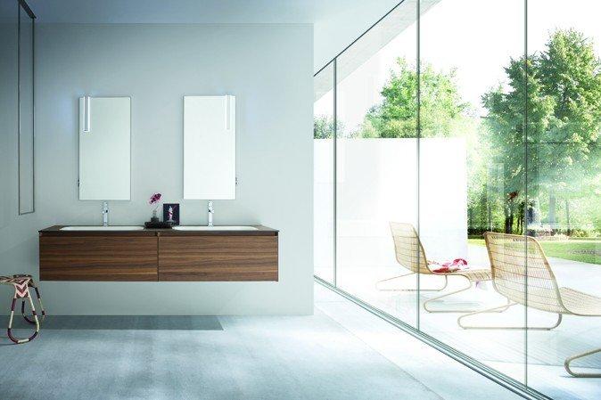 vista frontale di un bagno con lavabi in legno con specchio e infissi esterni