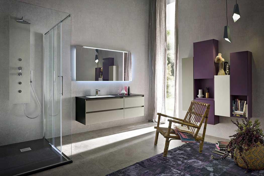 vista interna di un bagno moderno con box doccia, lavabo, specchio, credenza in legno color viola, poltrona e arredamento