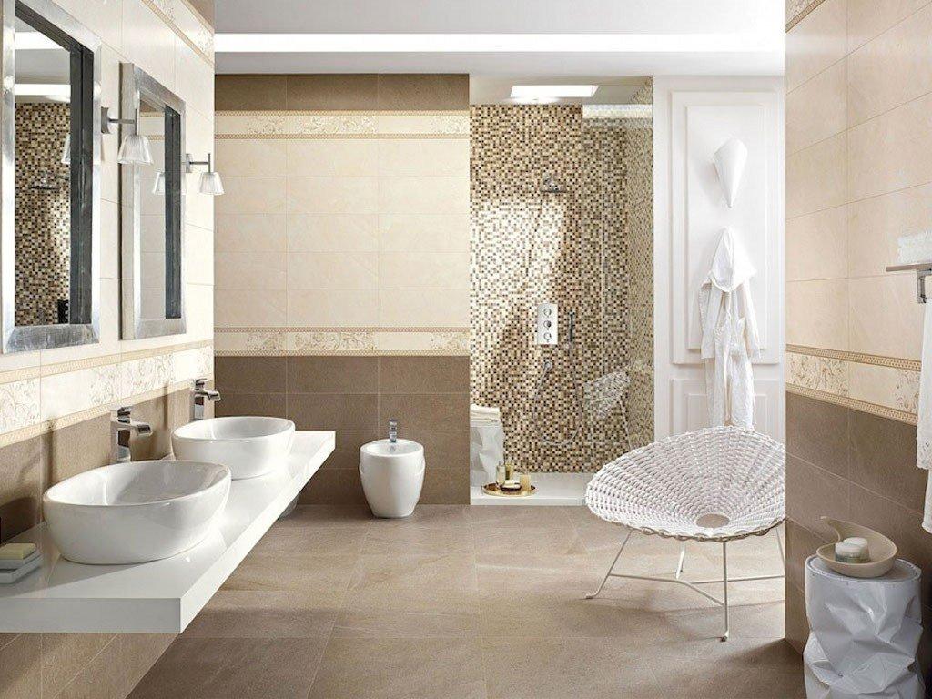 vista interna di una grande bagno con lavabi e specchi e pavimento in piatrelle
