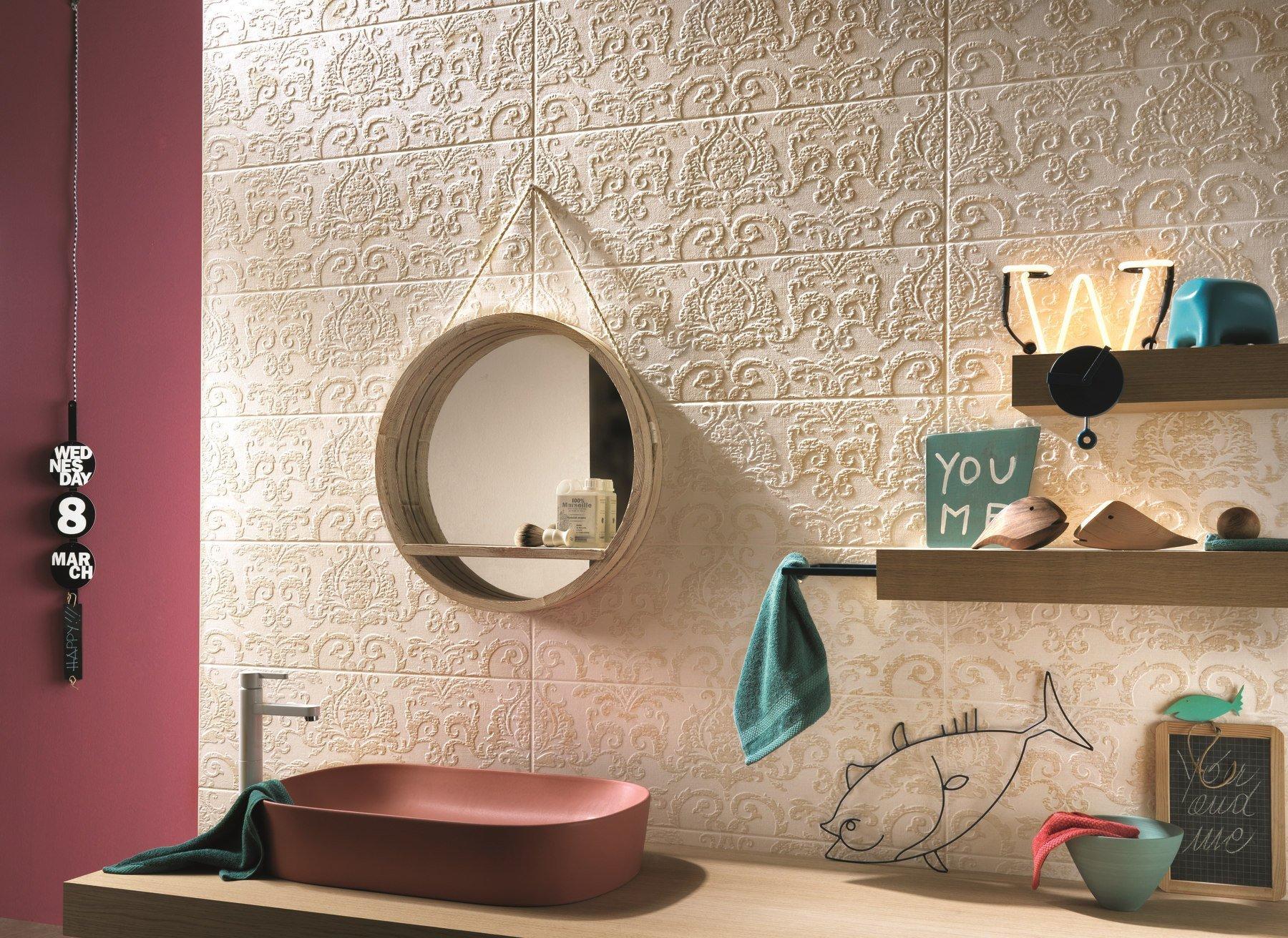 oggetti bagno con parete in pietra decorata