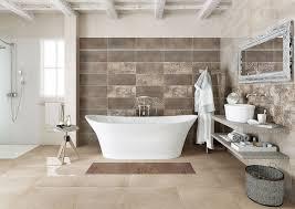 vasca da bagno in centro di un bagno moderno con pavemento in piastrelle e parete in pietra