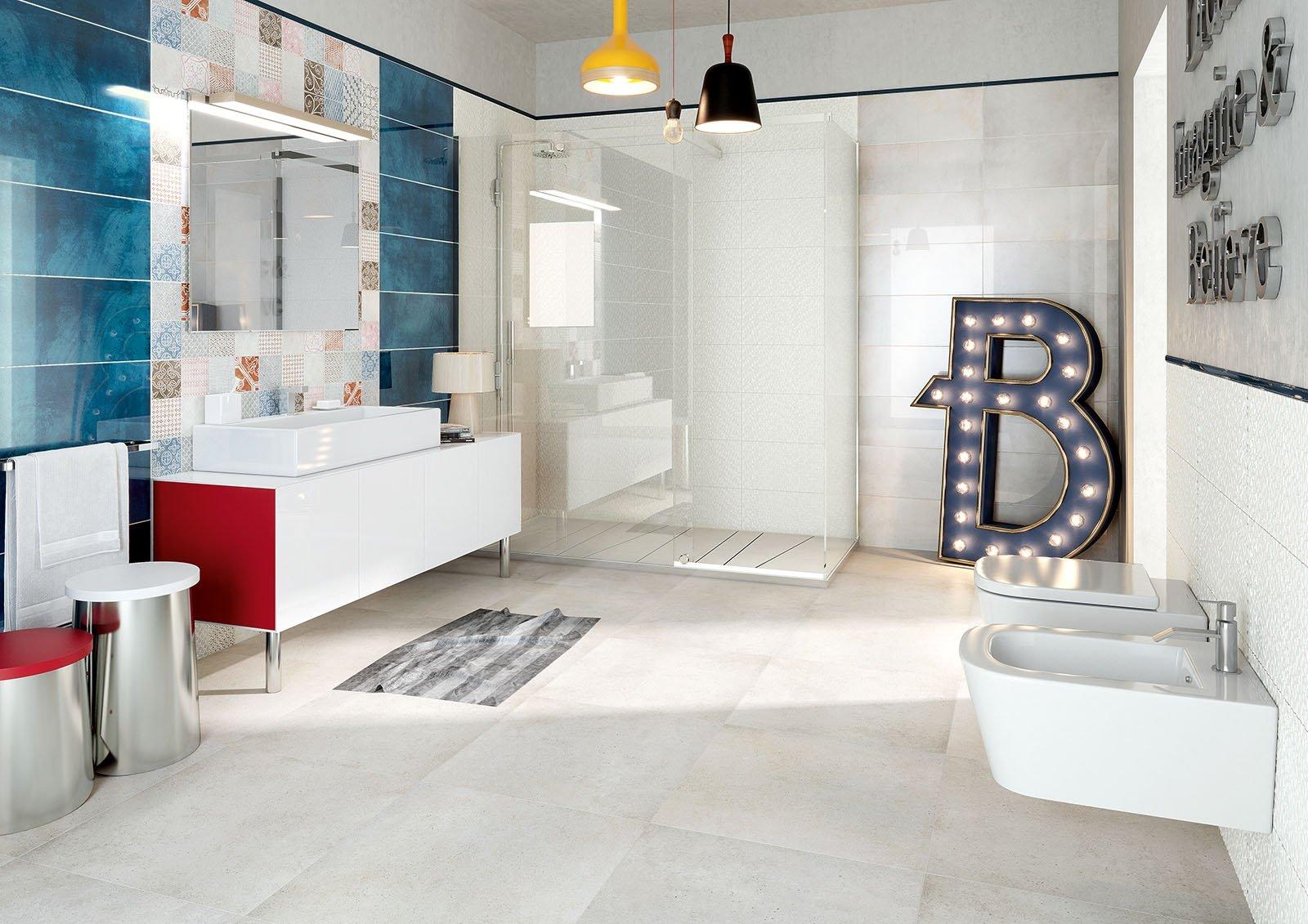 vista interna di un bagno moderno con pavimento in piastrelle, bide, lavabo, specchio e arredamento
