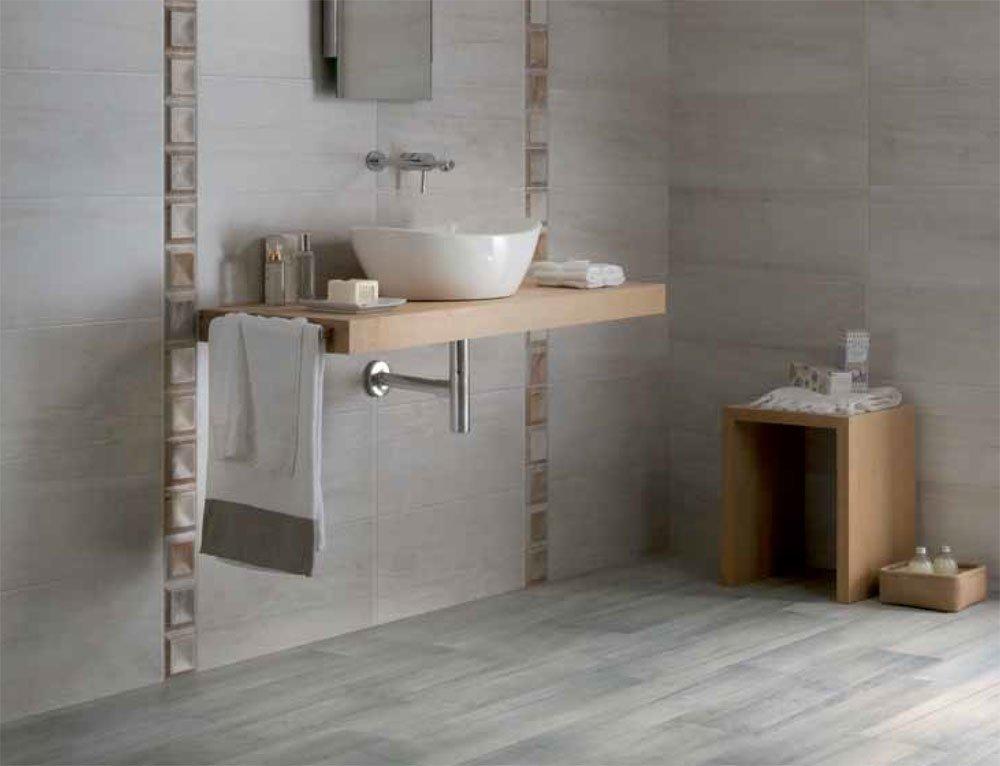 lavabo con specchio in bagno con parete e pavimento in marmo grigio