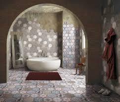vasca da bagno in una stanza con pavimento in pietra