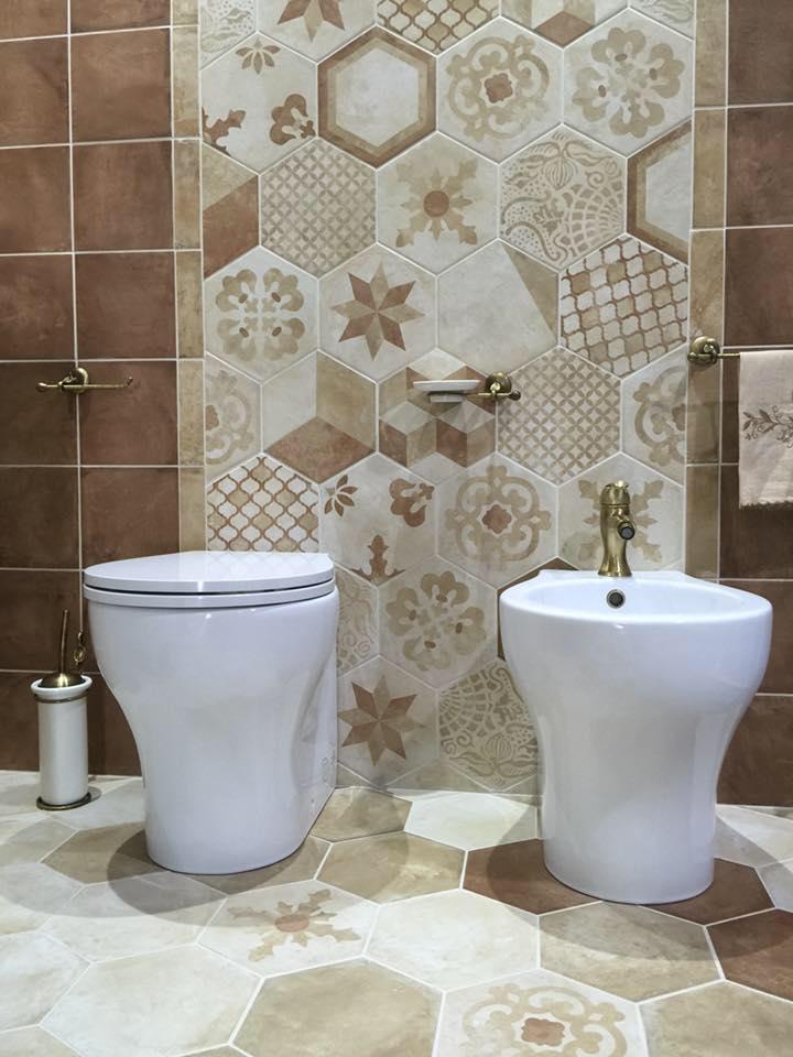 bagno moderno con bide e parete decorata