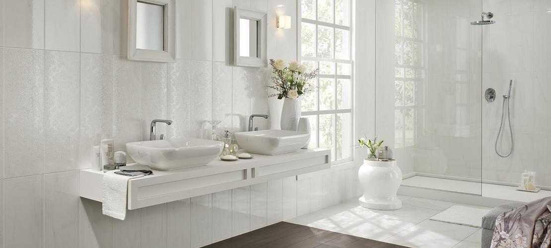 bagno bianco con lavabi e specchi e arredo bagno