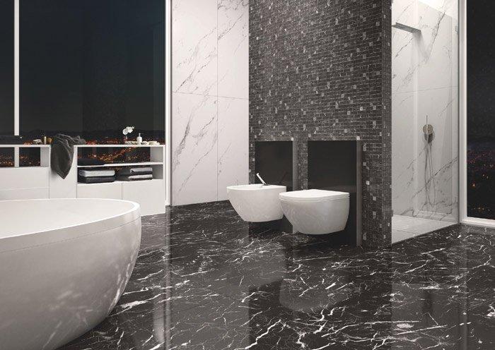 vista di un bagno moderno con pavimento in marmo nero, grande vasca, bide e arredo