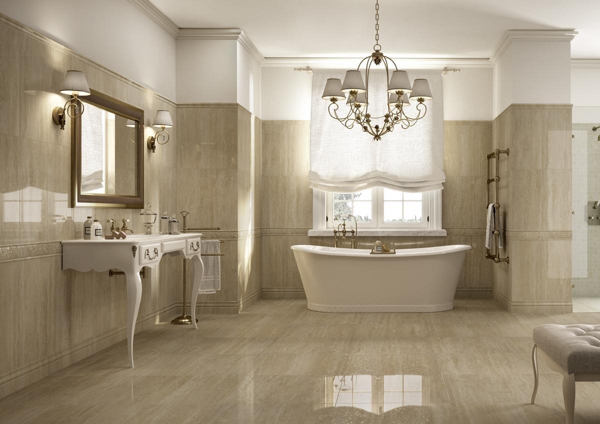 vista interna di un bagno moderno con gres porcellanato effetto marmo, vasca, lavabo, specchio e arredo