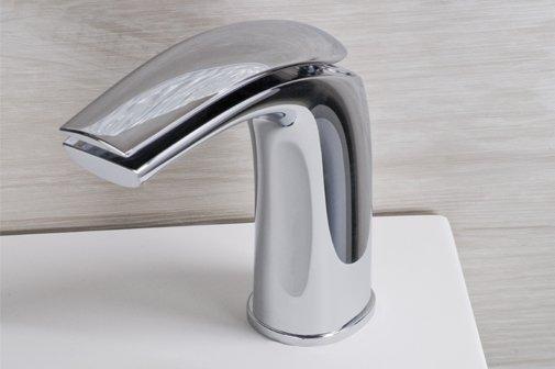 rubinetto e parete in pietra in un bagno