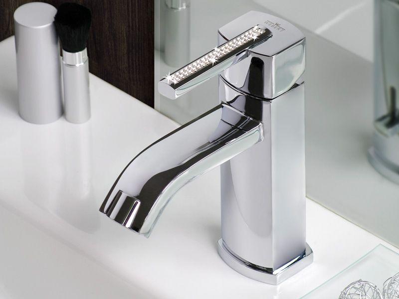 rubinetto con oggetti bagno