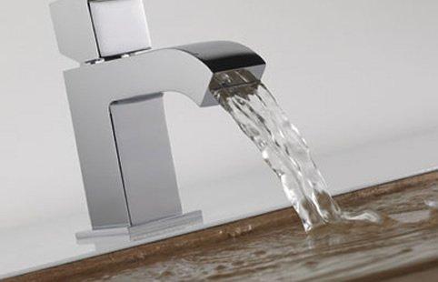rubinetto scorre acqua in lavabo