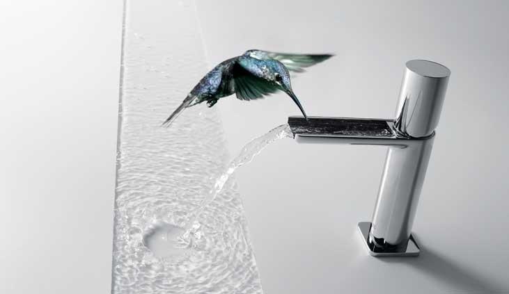 rubinetto in acciaio inox scorre acqua