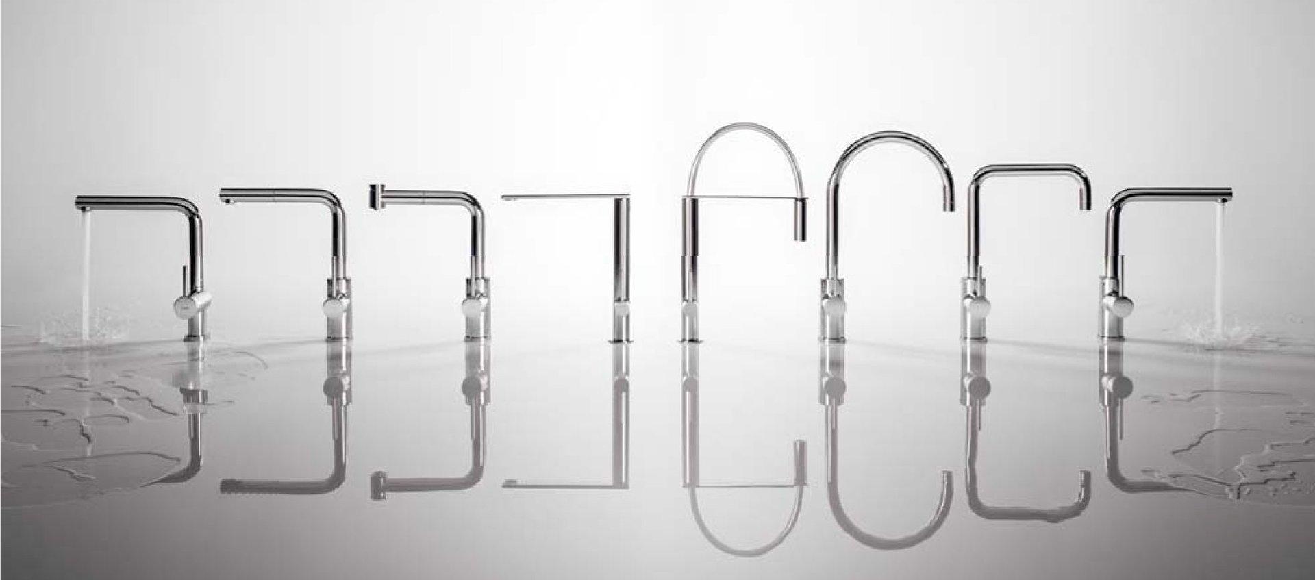 rubinetto scorre acqua in diversi posa
