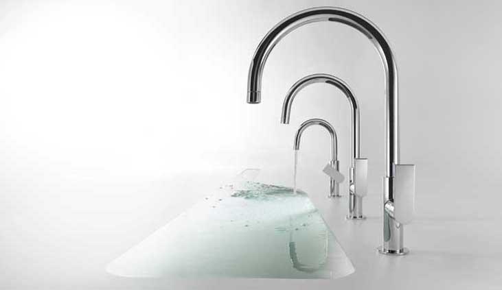 rubinetti scorre acqua in lavabo